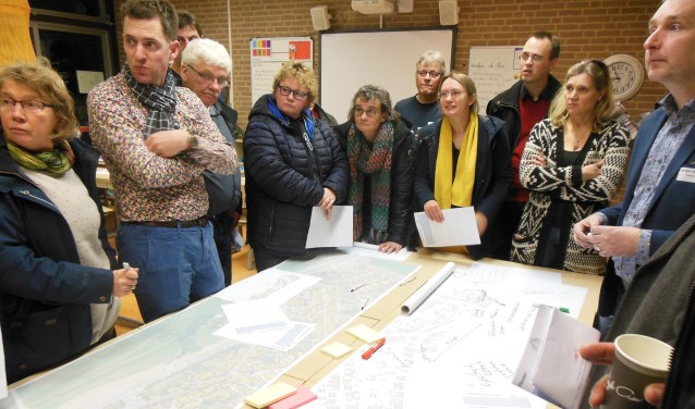 In een van de klaslokalen luistert een meedenkgroep naar wéér een idee dat Kanonsdijk en Weg naar Voorst een stuk leefbaarder moet maken. Foto: Eric Klop