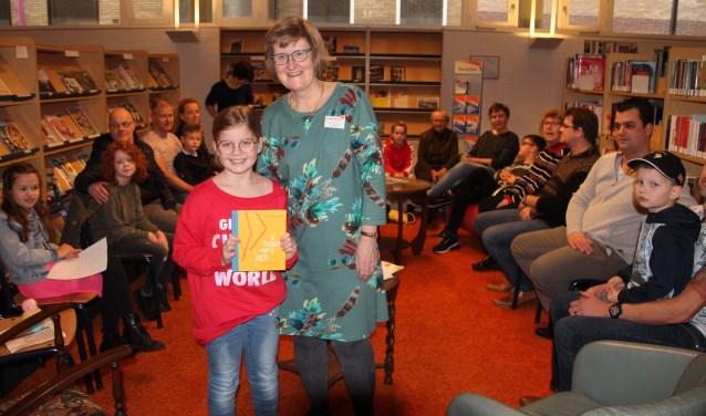 Jule Looman heeft van Maril van Steenbergen haar prijs in ontvangst genomen. Foto: Lydia ter Welle