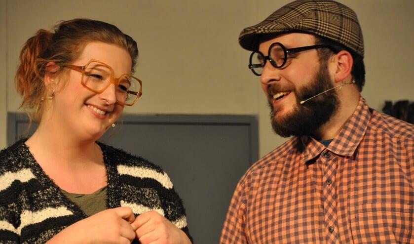 Roefie (gespeeld door Chantal Krabben) en professor Zoetebier (gespeeld door Barry Ikink). Foto: Joris ter Bogt