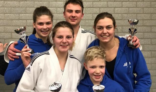De judoka's van de selectie van Judo Zutphen met coach Martine Demkes. Foto: PR