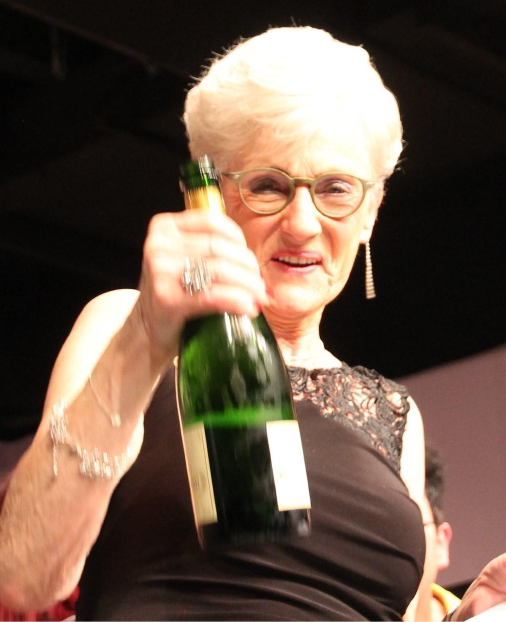 Anny proost op haar afscheid en jubileum. Foto: Annekée Cuppers  © Achterhoek Nieuws b.v.