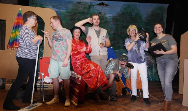 De toneelgroep van Ons Genoegen die 'Een rits te ver' speelt met v.l.n.r. Erwin Bannink, Jannie Dinkelman, Daniël ter Haar, Ans Dinkelman, Janet ter Haar, Frank Bannink en Caroline Breman. Foto: PR.