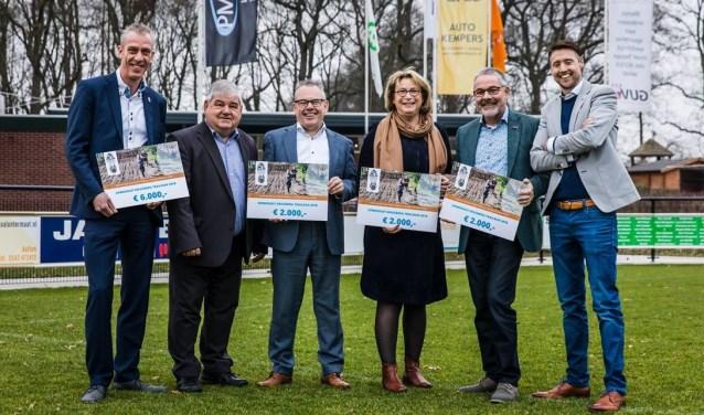 Wethouders van de vier gemeenten namen de cheques van de Kruisberg Trailrun in ontvangst. Foto: Edwin van de Graaf