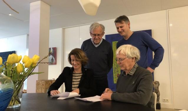 Ondertekening van het sponsorcontract door Ruud Kaper (stichting het Web) en Rianka Habraken (Kunst of Art). Daarachter staan Pim van Arkel (links) en Mike Hulshof (Kunst of Art). Foto: Petra Heusschen