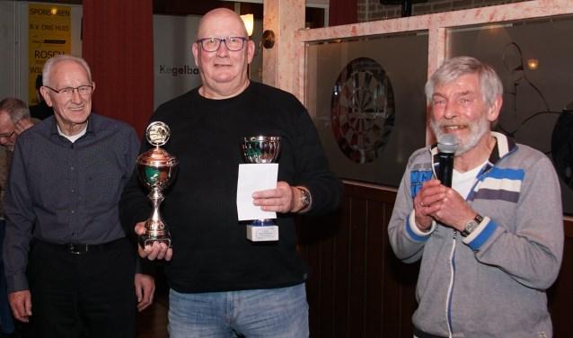 Winnaar Hans Schoppers, geflankeerd door de organisatoren. Foto: Frank Vinkenvleugel