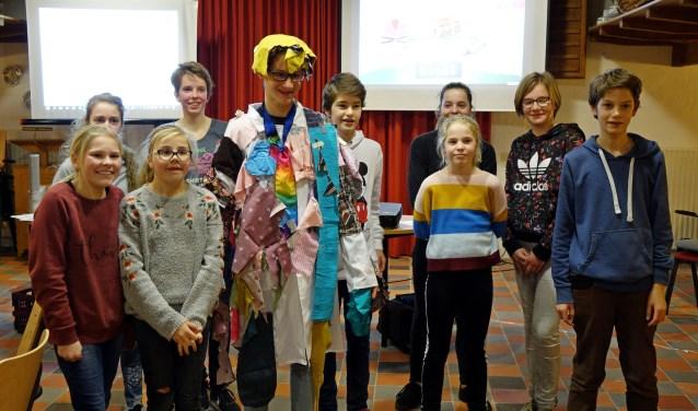 Het Sirkelslag-team Steenderen ontwerpt een veelkleurige jas voor 'Jozef'. Foto: Sirkelslag-team