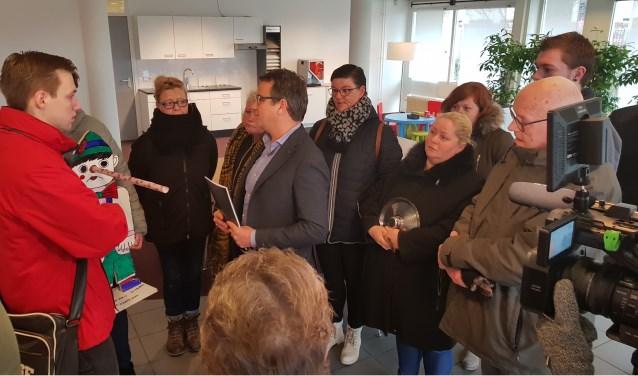 De huurders overhandigen samen met de SP het zwartboek en de 'Pinokkioprijs' aan Woonbedrijf Ieder1. Foto: PR