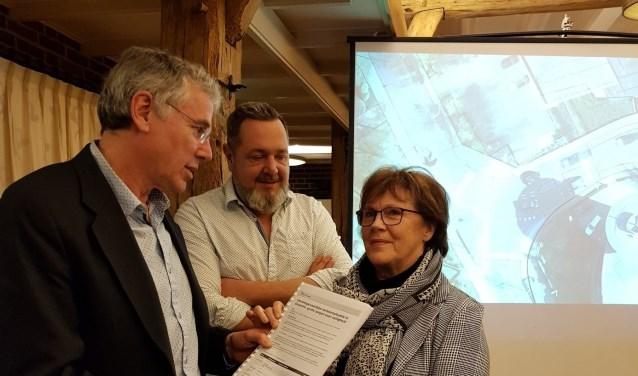 Het aanbieden van de petitie verkeersveiligheid Groenlo aan wethouder Karel Bonsen doorWilma van der Donk en Arjan Hagens (initiatiefnemers petitie). Foto: PR
