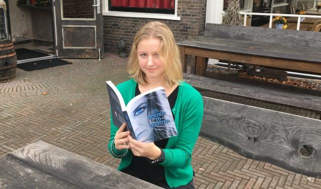 Sophie Hilhorst met haar nieuwste boek 'Zo moeder, zo dochter'. Foto: PR