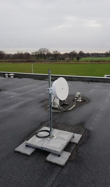 Op het dak van Auga is een antenne geplaatst zodat snel internet toch mogelijk is. Foto: Ton Fontijn