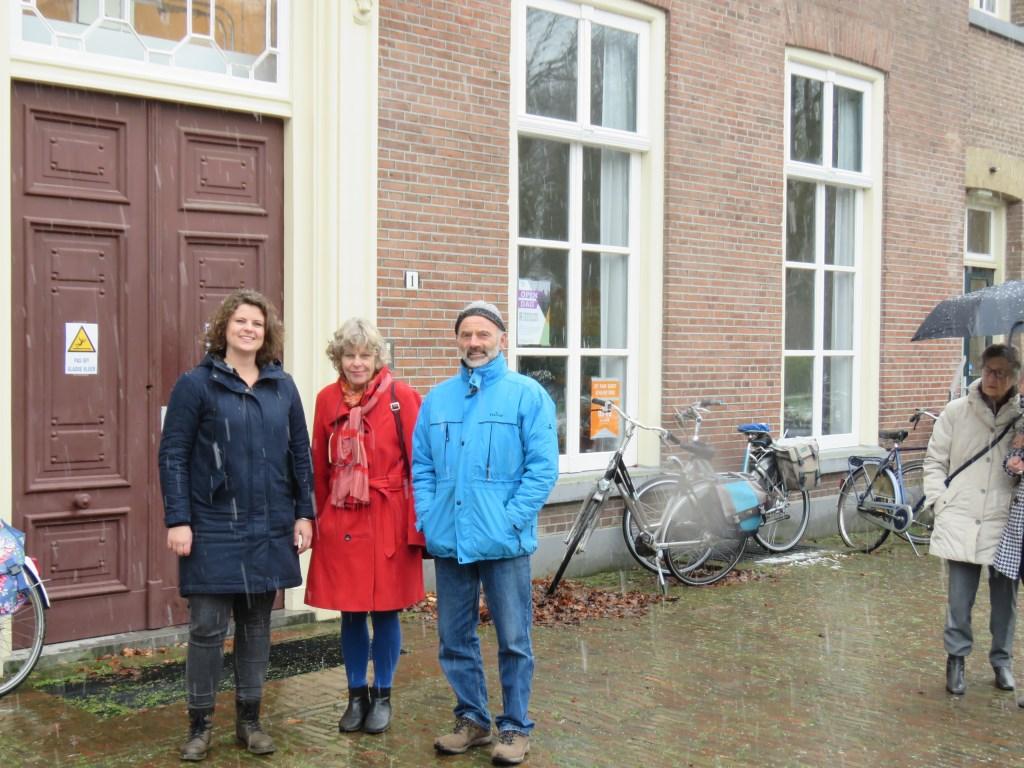 Organisator Suzanne ter Harmsel (links) met twee geïnteresseerde bezoekers bij de hoofdingang van het monumentale centrale gebouw. Foto: Bert Vinkenborg  © Achterhoek Nieuws b.v.
