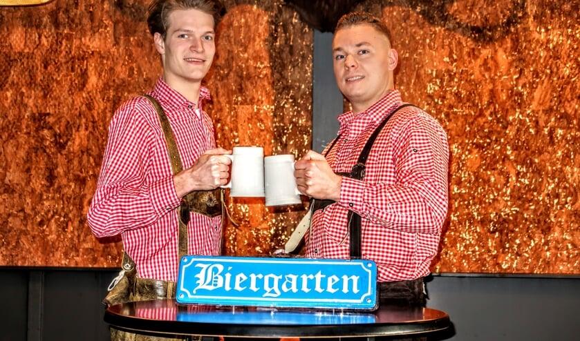 Medewerkers Jim en Tom van café De Jongens zijn al helemaal klaar voor de après ski-party. Foto: Luuk Stam