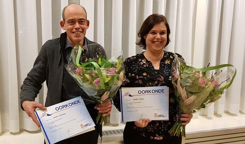 De jubilarissen van SBOG: Sandra Verheij (25 jaar) en Casper Veldkamp (40) werden gehuldigd. Foto: Wim Papperse