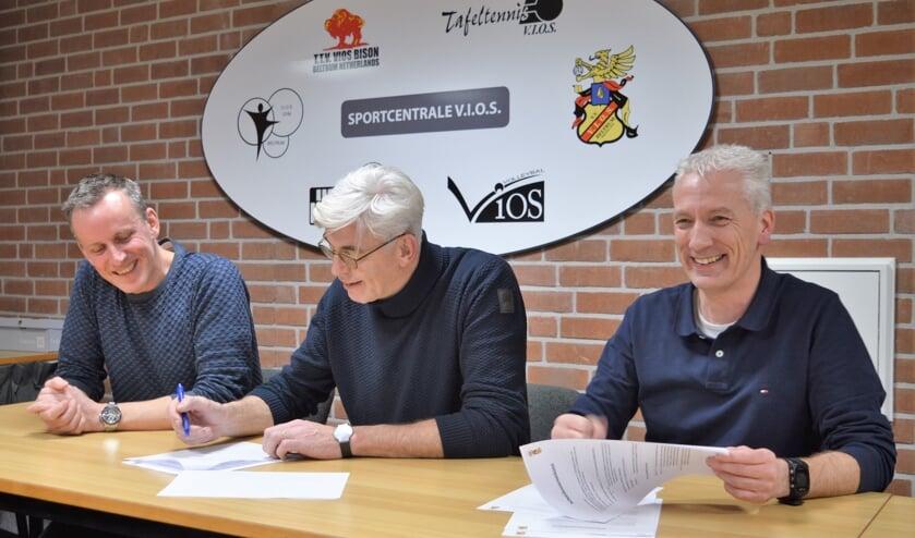 De contracten met het trainersduo worden ondertekend. Foto: PR