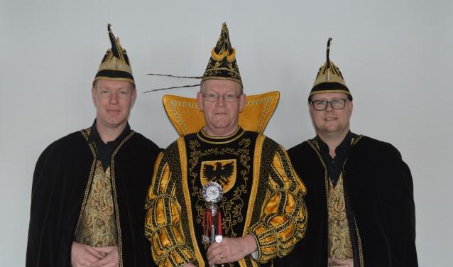 Prins Bennie de Eerste met adjudanten Toon en John 'donderen deur'. Foto: PR