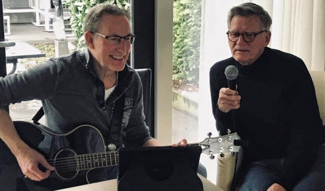 Theo Brinke (links) en Henny Oosterholt treden ook vaak op in zorgcentra. Foto: PR