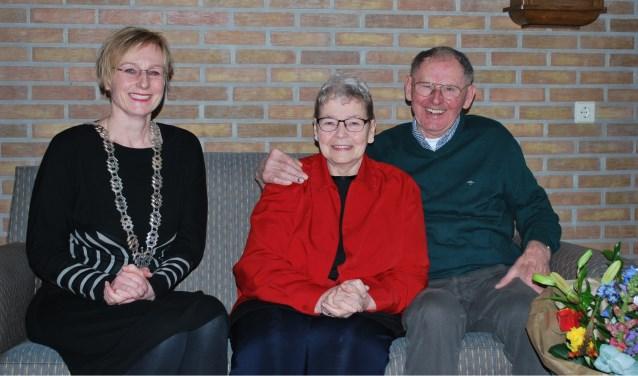 Thilde en Wim Legters worden met hun 60-jarig huwelijk gefeliciteerd door burgemeester Marianne Besselink. Foto: Margreet Nusselder