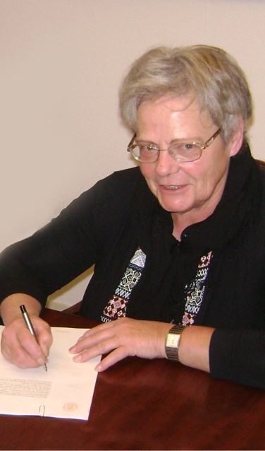 Voorzitter Marijke Hoitink ondertekent de oprichtingsakte van de Vereniging Vrijetijdskoor Völle Wille uit Eibergen. Foto: PR