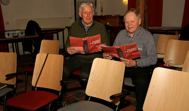 Gerrit Wunderink (l.) en Dick te Hennepe willen graag hulp van andere tenoren. Foto: Liesbeth Spaansen