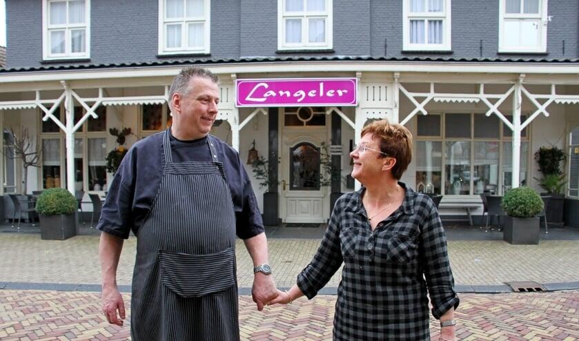 Hans en José Langeler dragen het familiebedrijf in Hengelo over en gaan samen genieten. Foto: Liesbeth Spaansen
