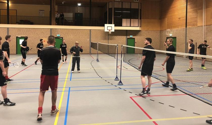 Vorden 1 maakt kennis met badminton. Foto: PR