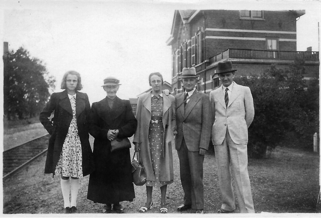 Augustus 1940. Adolph Pollmann geheel rechts voor het Grolse stationsgebouw. Foto: PR  © Achterhoek Nieuws b.v.