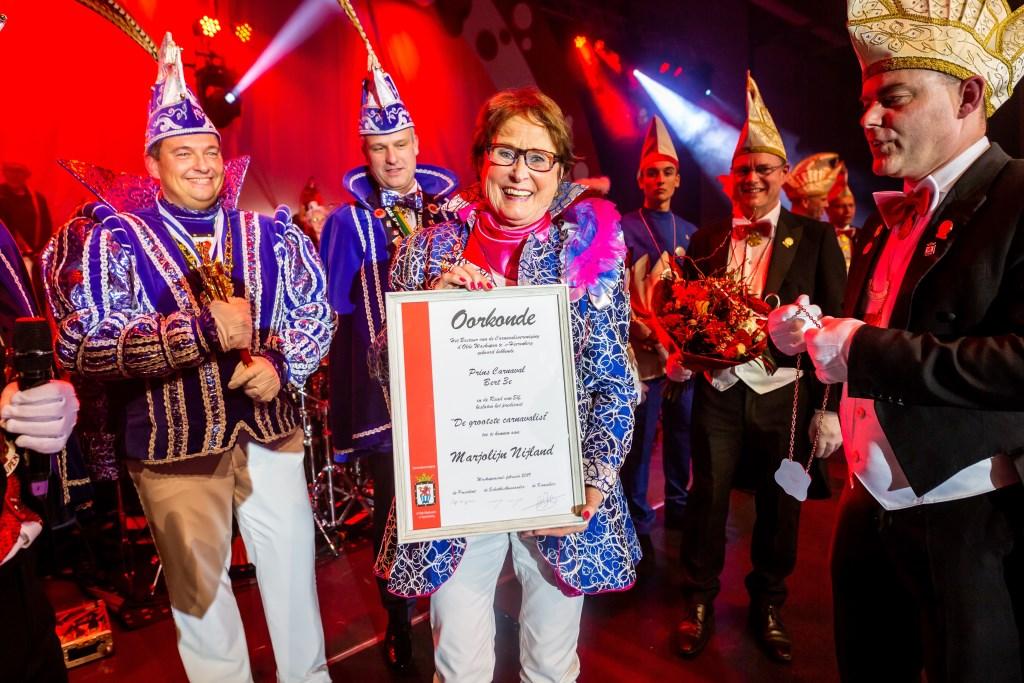 Marjolein Nijland met de oorkonde met naast haar (links) Prins Bert III tijdens de Pronkzitting XL. Foto: Marco Scheurink   Foto: Marco Scheurink © Achterhoek Nieuws b.v.