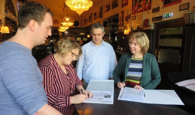Christie Hendrixen tekent de overeenkomst, terwijl Rick Hendrixen, Nard Everdij en wethouder Ingrid Lambregts (vlnr)  toekijken. Foto: Bert Vinkenborg