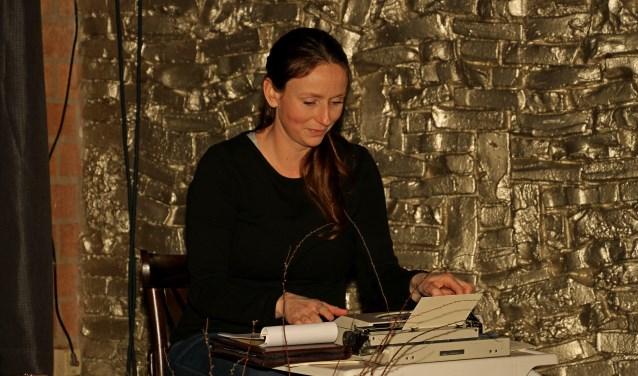 Eva Schuurman tikte ter plekke gedichtjes op haar typemachientje. Foto: Liesbeth Spaansen