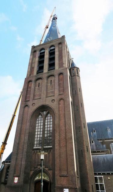 De imposante torenspits van de R.K. Calixtusbasiliek wordt voorzien van nieuwe kruisverlichting. Foto: Theo Huijskes