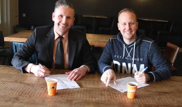 Nick Veldhuis, filiaalmanager Coöp Borculo (links) en Jeroen ten Bras, voorzitter sponsorcommissie vv Reünie. Foto: PR