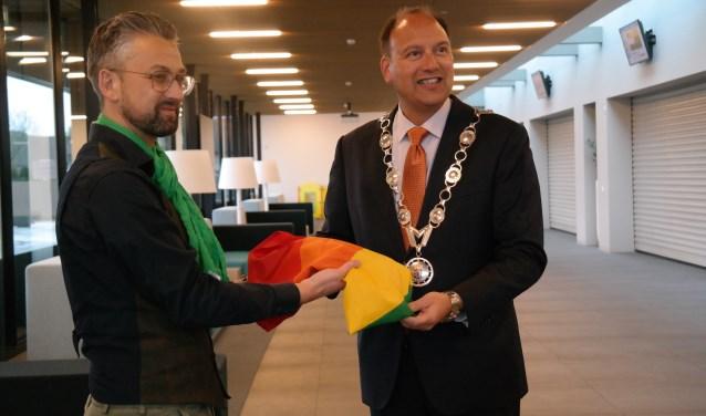 Freddy van Dijken overhandigde onlangs een regenboogvlag aan burgemeester De Baatin de week na de Nashville-verklaring. Foto: PR