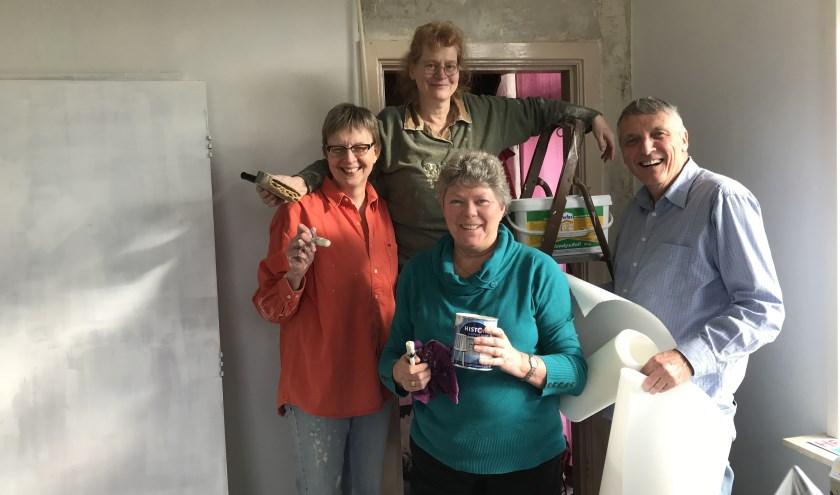 Vrijwilligers geven woonkamer metamorfose. Foto: PR