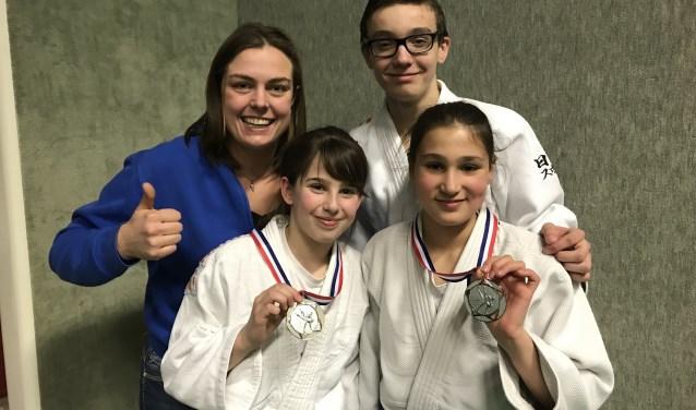 De drie judoka's met hun coach. Foto: PR