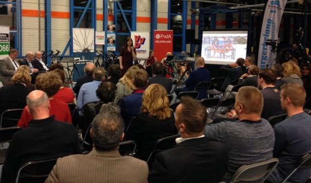 In de fabriekshal van ZILT Bikes in Zutphen hadden kandidaten voor de Provinciale Statenverkiezingen een debat over hoe het onderwijs beter kan aansluiten op de arbeidsmarkt. Foto: PR