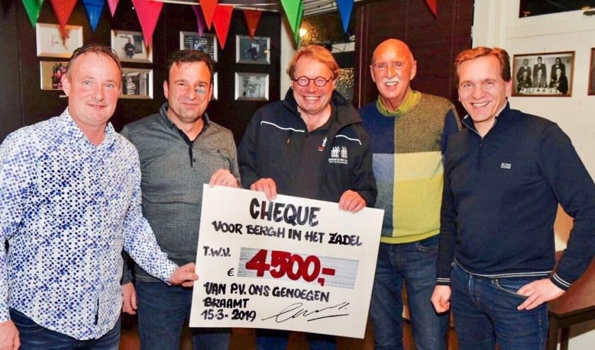 Een cheque van 4500 euro voor Bergh in het Zadel. Foto: PR