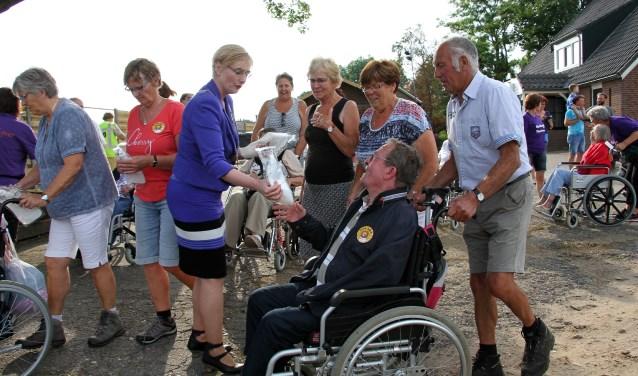 Burgemeester Besselink deelt waterzakken uit vanwege de benoeming Wandelgemeente van het Jaar, tijdens de Roll-over Bronckhorst in 2018. Foto: Achterhoekfoto.nl/Liesbeth Spaansen