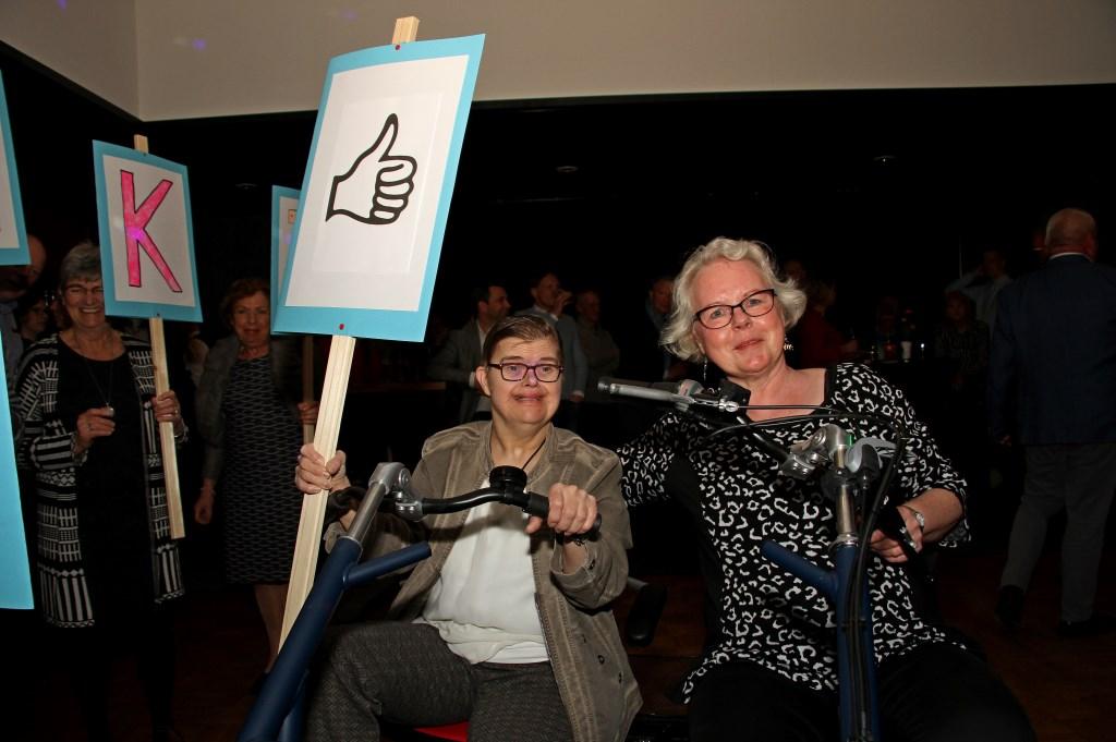 Gea Nikkels en leidster Corrie Groeneveld op de duo-fiets. Foto: Liesbeth Spaansen  © Achterhoek Nieuws b.v.