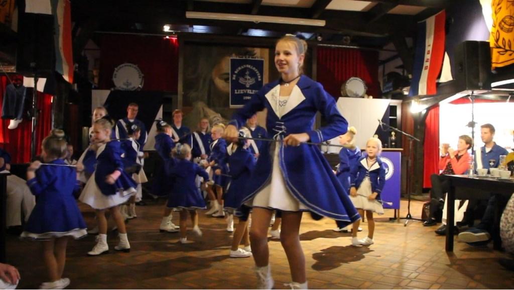 De dansmarietjes in hun nieuwe tenues gaven een mooie show weg. Foto: Annekée Cuppers  © Achterhoek Nieuws b.v.