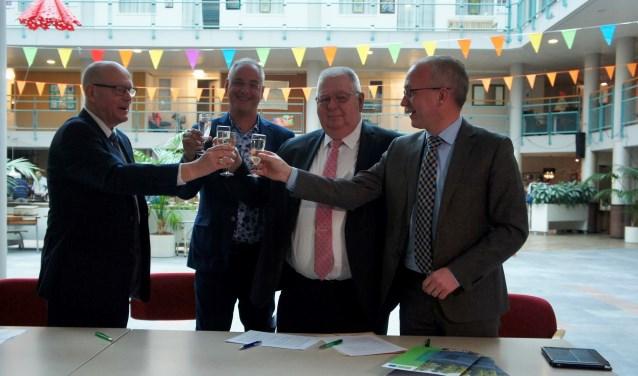 Chris van Pelt, Pascal van der Maas, Wim Sinderdinck en Arjan te Bogt proosten na het ondertekenen van de intentieovereenkomst. Foto: Susan Wiendels