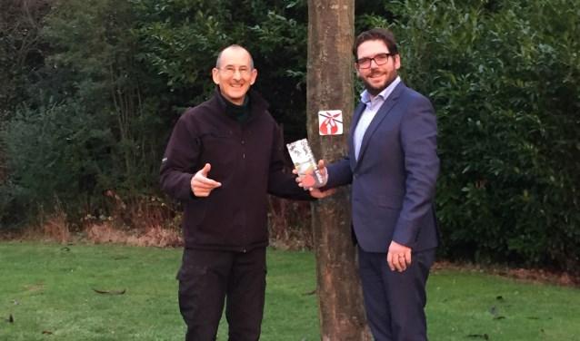 Aan Burgemeester Sebastiaan van 't Erve van de gemeente Lochem (r) werd het eerste exemplaar informeel overhandigd in de Spijkwijk door David Bloch. Foto: PR