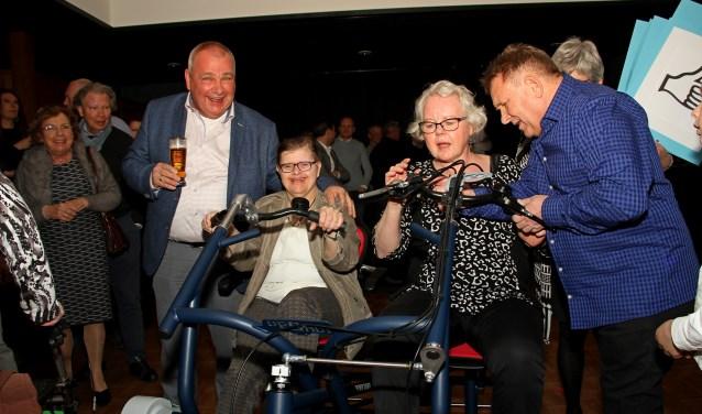 Gerrit en Gea Nikkels genieten nu al van de duo-fietsterwijl Corrie Groeneveld tips krijgt van Theo de Ruiter. Foto: Liesbeth Spaansen