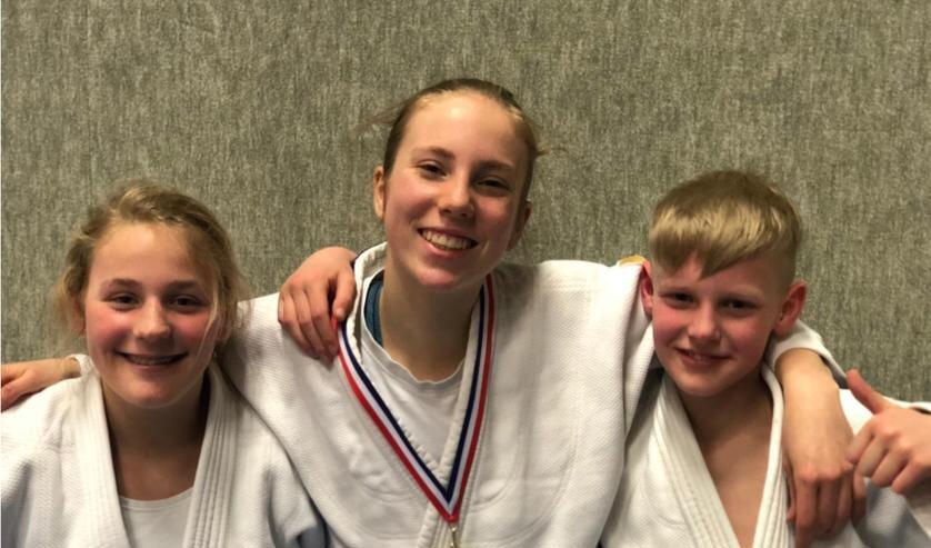 Puck Menkhorst (l) met mede-kampioen Isabelle Enklaar en Jaidy van der Horst (brons). Foto: PR