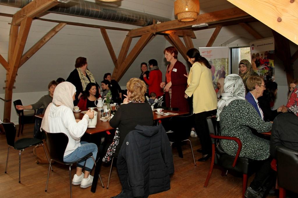 Vrouwen uit Bronckhorst maken tijdens de High Tea kennis met elkaar. Foto: Liesbeth Spaansen  © Achterhoek Nieuws b.v.