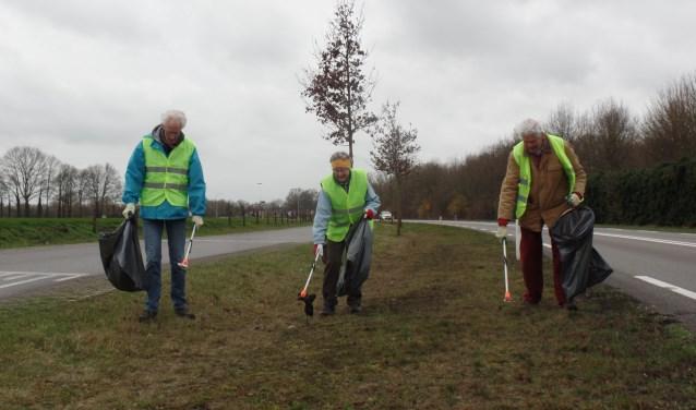 Tot de vaste vrijwilligers van de actie Ruurlo Schoon  behoren Jan en Silvia Looman en Henk Kraan. Foto: Jan Hendriksen.