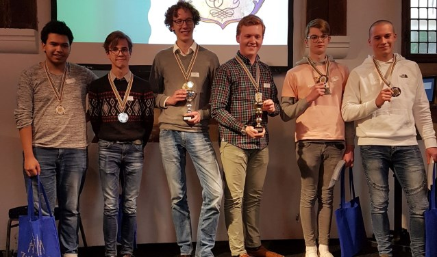 De winnaars: In het midden het winnende duo van De Nassau in Breda, links de nummers twee van het Jacob-Roelandslyceum en rechts de nummers drie van het Isendoorn College in Warnsveld. Foto: PR