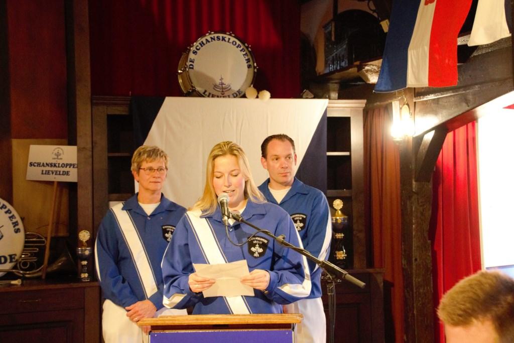 Vlnr: Anke te Brake, Henrieke Bleumink en Tom Weenink vertellen als afvaardiging van de jubileumcommissie hoe het boek tot stand is gekomen. Foto: Annekée Cuppers  © Achterhoek Nieuws b.v.
