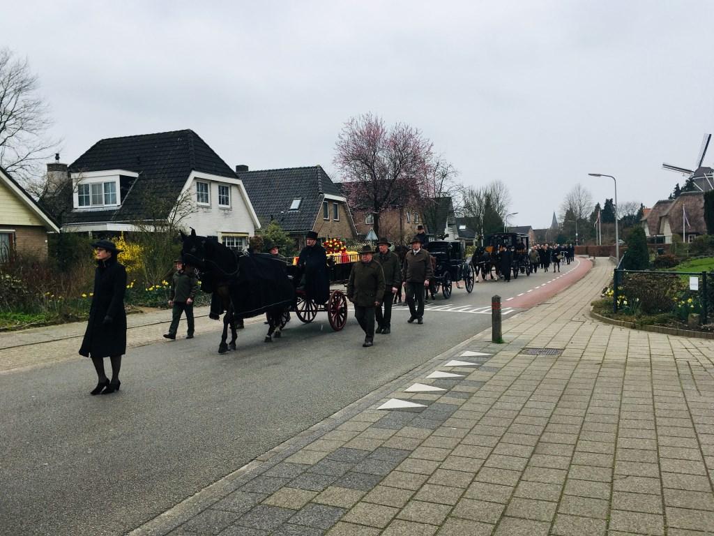 Een indrukwekkende rouwstoet trok na de rouwdienst naar de algemene begraafplaats in Ruurlo waar de baron in het familiegraf werd bijgezet. Foto: Arjen van Gijssel.  © Achterhoek Nieuws b.v.