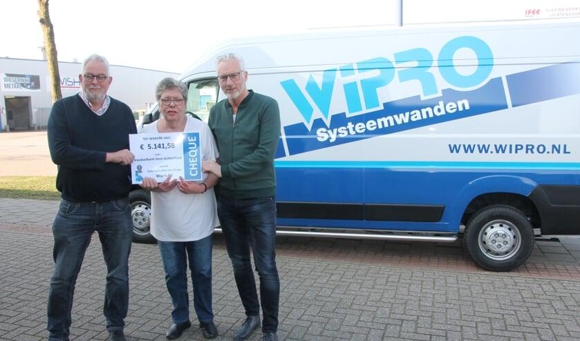 Chris Blaauboer, Juul Cuypers en Gerrit te Selle (rechts) met de cheque. Foto: Lydia ter Welle