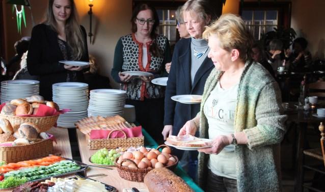 Vrouwen aan het ontbijtbuffet op Internationale Vrouwendag. Foto: Lydia ter Welle
